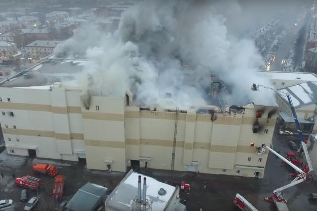 Спасатели 17 часов тушили горящий торговый центр.