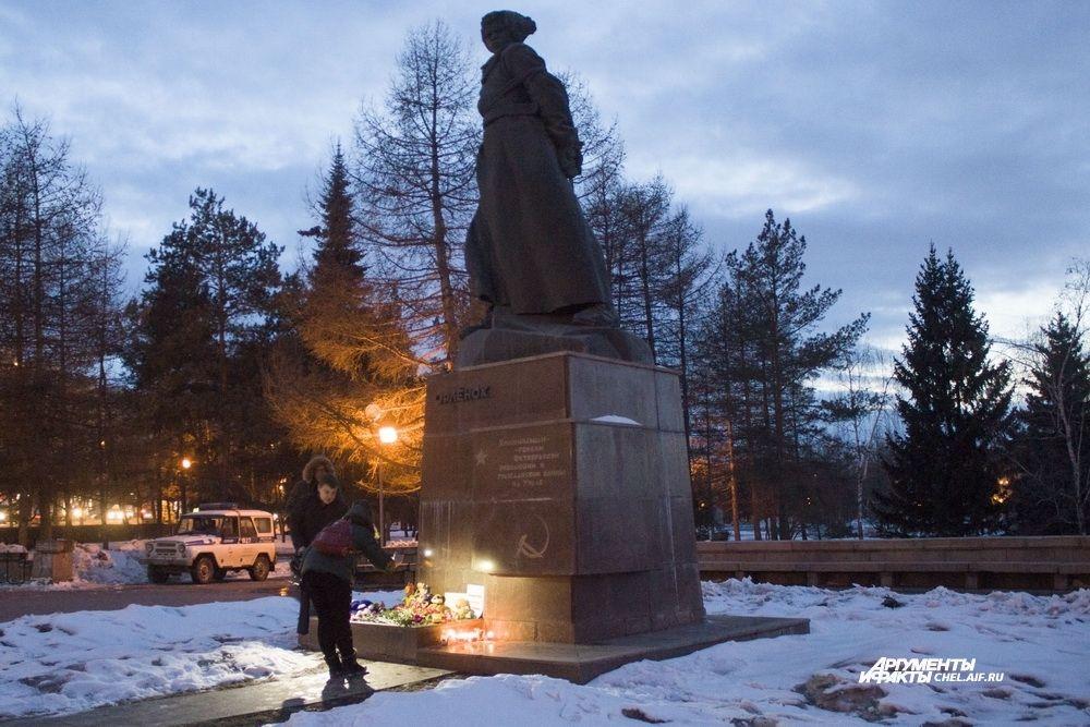 Вечером 26 марта челябинцы пришли на Алое поле, чтобы почтить память погибших в Кемерове.