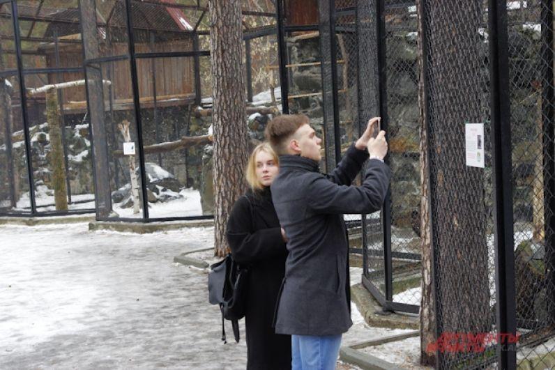 Посетителей в зоопарке пока немного, но в отличие от безлюдной зимы, зверям уже есть на кого посмотреть.