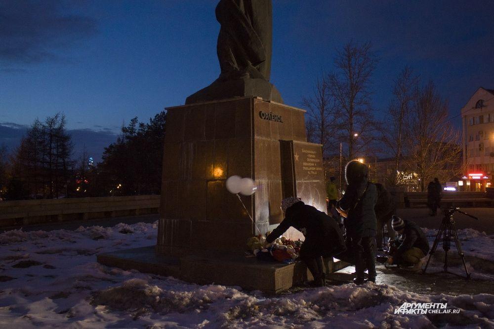 В акции памяти приняли участие несколько десятков человек.