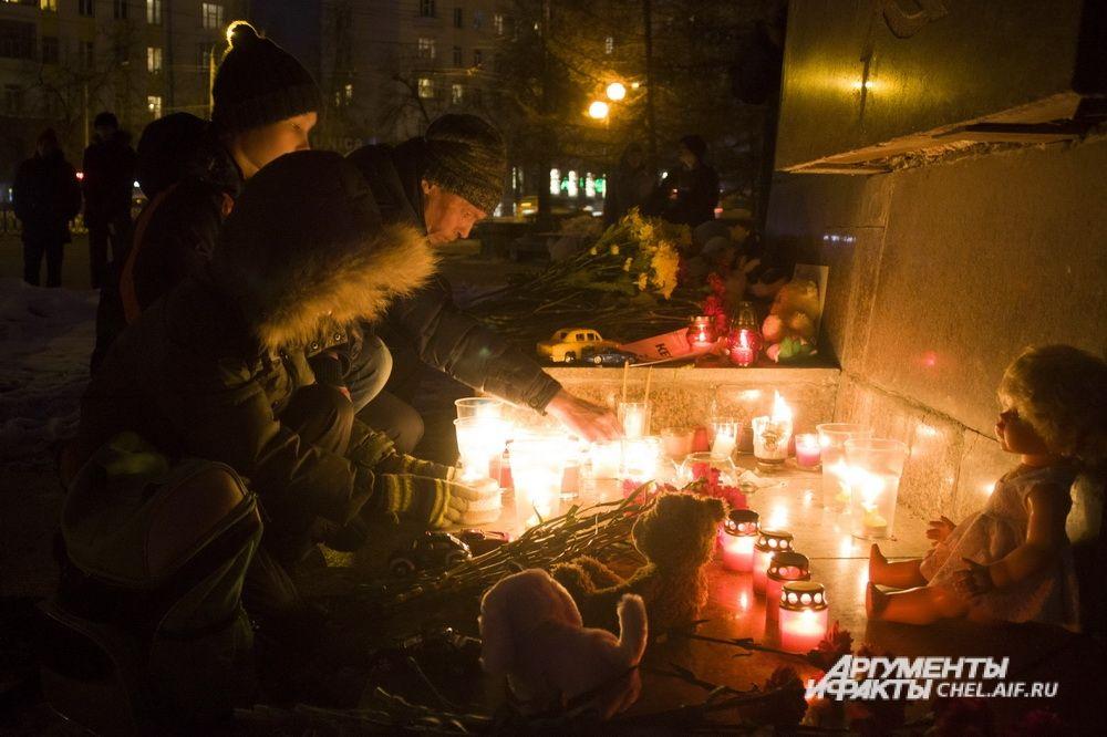 Вместе со взрослыми свечи зажигали и дети.