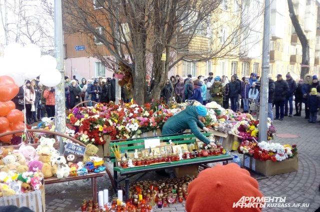 Владимир Путин возложил цветы к стихийному мемориалу возле сгоревшего ТЦ.