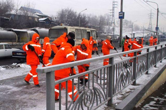 Сейчас осуждённые помогают очистить от мусора р. Кача.