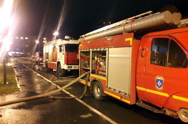На месте работали три единицы спецтехники и 12 пожарных.