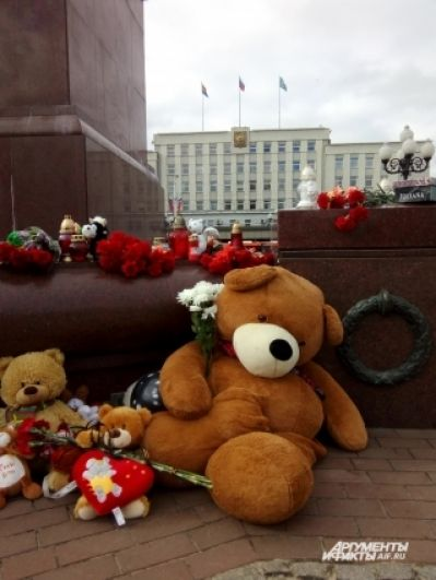 Стихийный мемориал на фоне администации города.