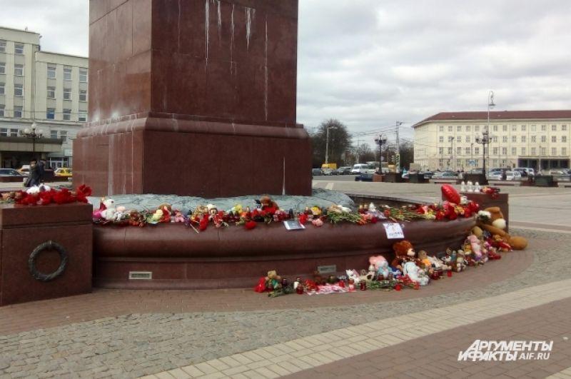 Калининградцы продолжают нести цветы на площадь.