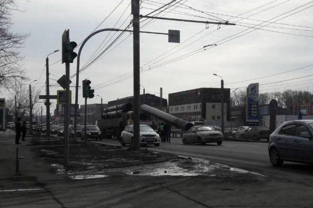ВЧелябинске внушительная труба выпала из грузового автомобиля ипроломила крышу легковушки