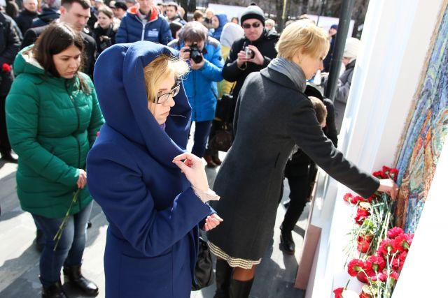 Сообщение о городском траурном митинге за минуты облетело весь Владивосток.
