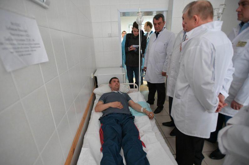 Путин пожелал всем пострадавшим выздоровления и пожал им руки.
