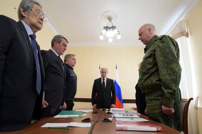 Глава государства на совещании по ликвидации последствий пожара в Кемерове. Встреча началась с минуты молчания, Путин также выразил соболезнования родным и близким погибших.