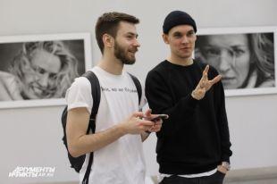 Посетители выставки на фоне портретов Умы Турман.