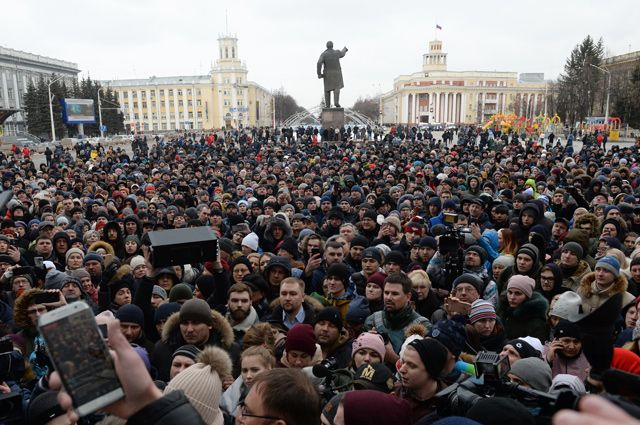 Участники стихийного митинга в память о жертвах пожара в торгово-развлекательном центре «Зимняя вишня» на площади Советов у здания администрации в Кемерово.
