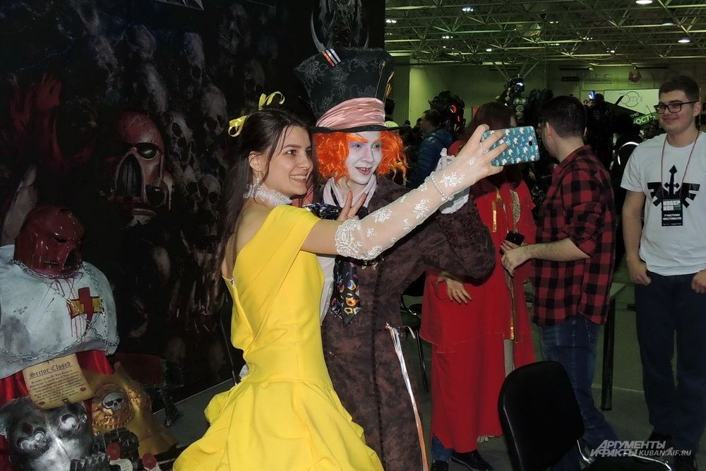 Селфи со Шляпником из сказки «Алиса в стране чудес».
