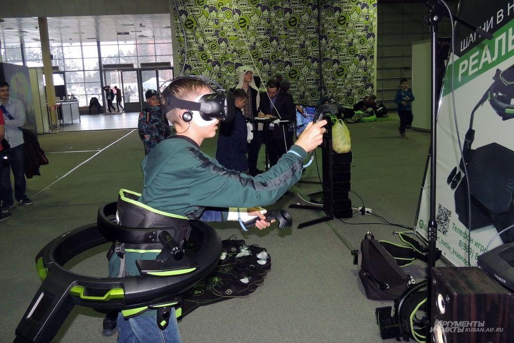 Комплект виртуальной реальности Omni позволяет отслеживать движения человека и передавать их персонажу компьютерной игры.