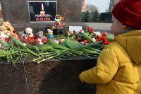 Мемориал на центральной площади во Владивостоке в память о погибших в ТЦ «Зимняя вишня» в Кемерово.