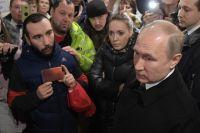Владимир Путин во время встречи с жителями Кемерова.