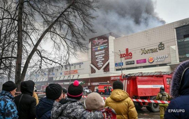 Под зданием торгового центра уже через час начали собираться люди и родственники погибших и пострадавших. Многие пытались прорваться сквозь оцепление, а также спасти своих детей, но не у многих это получилось.
