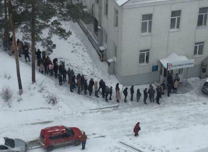 Утром в понедельник, 26 марта, жители Кемерово один за другим стали приносить теплые вещи пострадавшим, а также пришли на пункт сдачи крови. В это время тушение огня все еще продолжается.