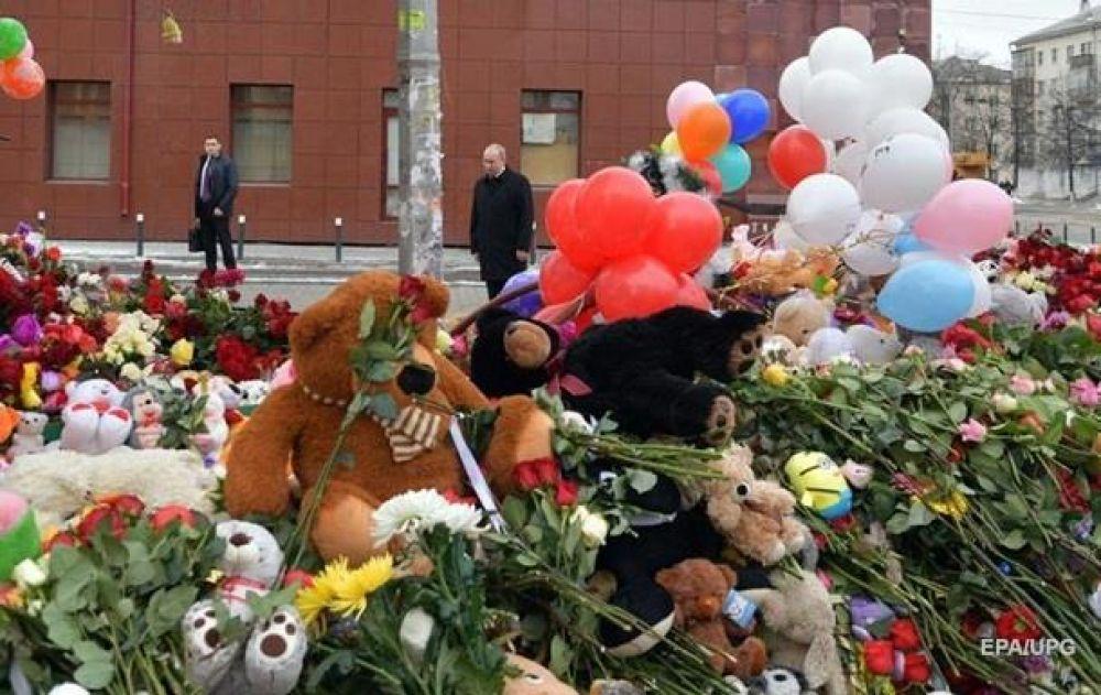 """К торговому центру начинают приносить цветы и игрушки, 28 марта в России объявлен """"днем траура"""". Кроме того, спустя несколько часов прений, активистов все же пускают в морг и хладокомбинат, где находились тела погибших."""