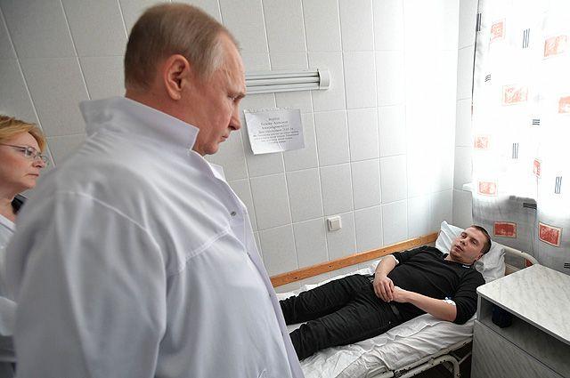 27 марта 2018. Президент РФ Владимир Путин во время посещения больницы, где находятся пострадавшие при пожаре в торговом центре «Зимняя вишня» в Кемерово.