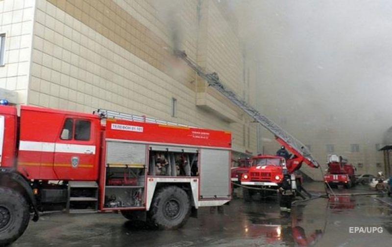 Первые сообщения о пожаре появились днем в воскресенье, 25 марта. Сам же пожар длился около 16 часов и здание торгового центра