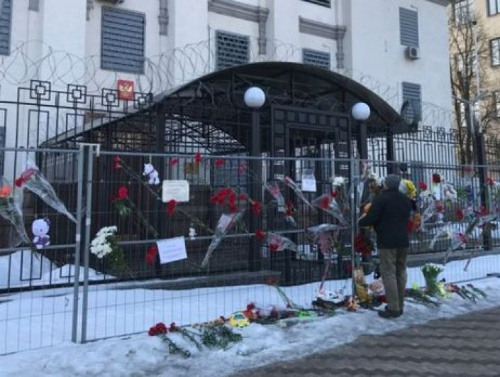 А это - посольство России в Киеве. Неравнодушные граждане принесли цветы и игрушки под здание посольства, выражая солидарность горю.