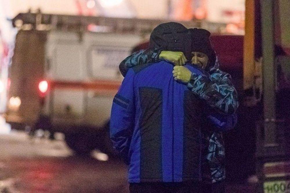Еще одни спасшиеся из огня в Кемерово. Кстати, уже днем в понедельник, 26 марта, появилась версия о том, что пожарную сигнализацию выключил охранник. Также начался скандал и с количеством погибших - очевидцы событий сообщали о том, что жертв было гораздо больше, чем 64 человека.