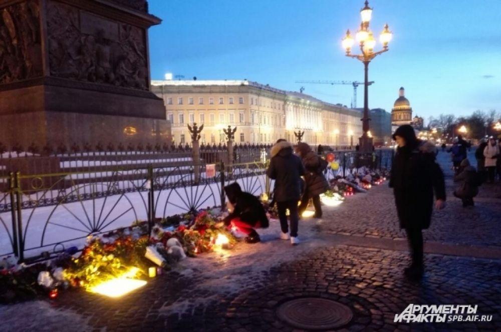 Петербуржцы пришли в центр города, чтобы выразить солидарность скорбящим жителям Кемерово.