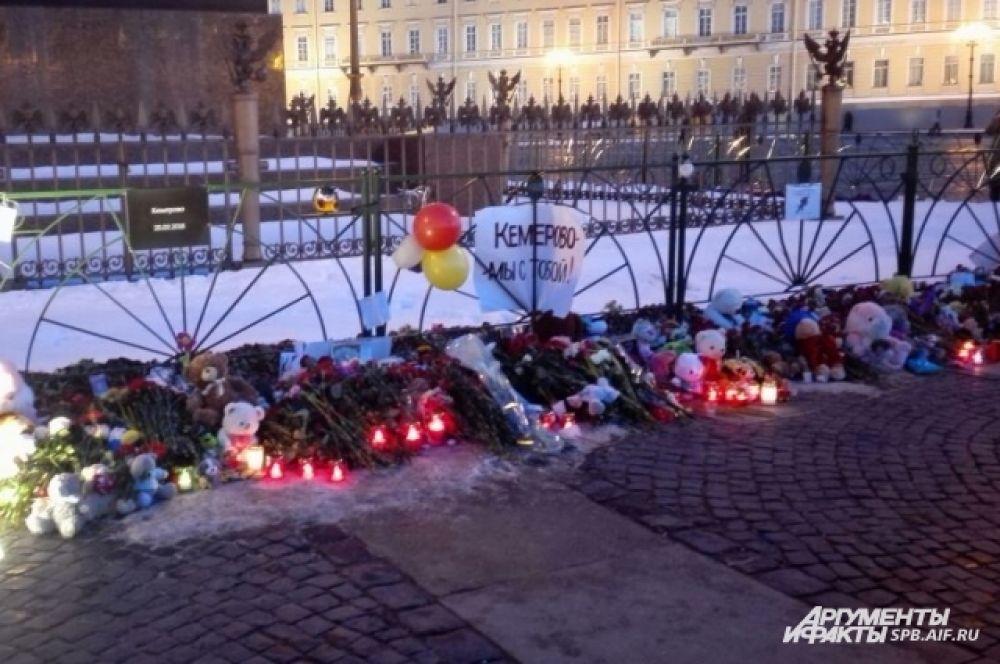 На Дворцовую площадь несут цветы и игрушки.