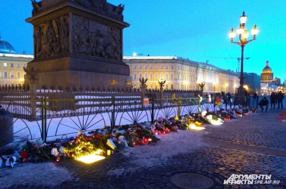 Жители Петербурга создали мемориал у Александровской колонны