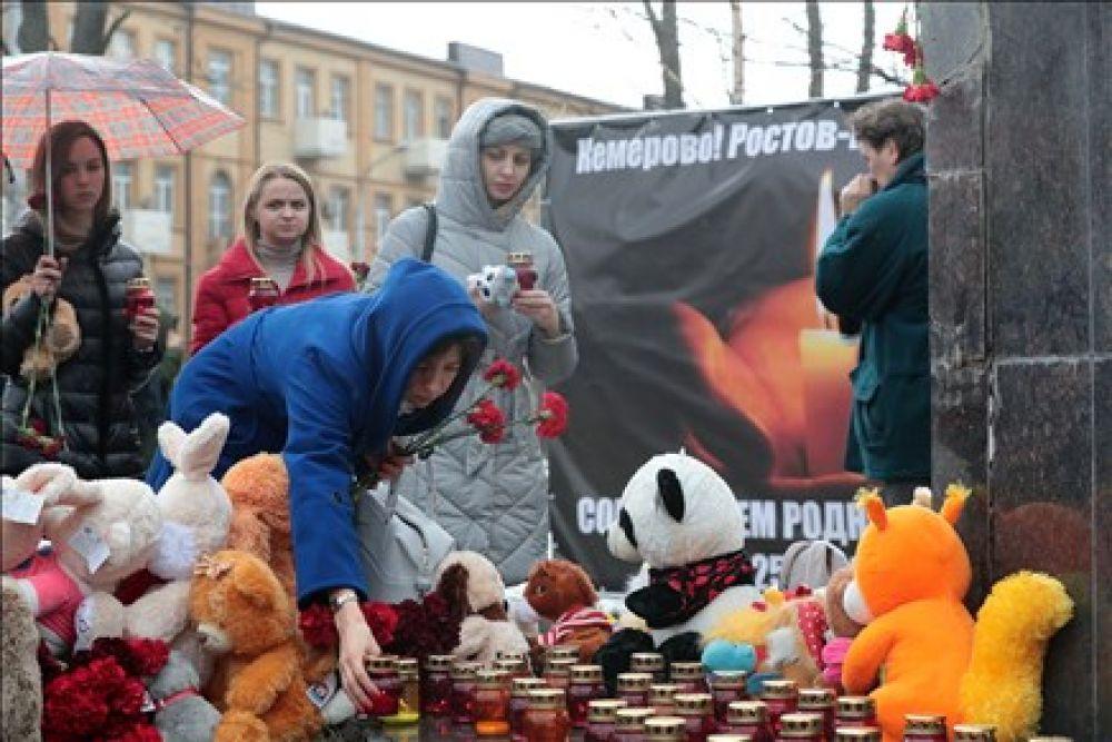 Утром 27 марта у памятника «Мать и дитя» в донской столице появился мемориал скорби. За день сюда пришли тысячи человек.