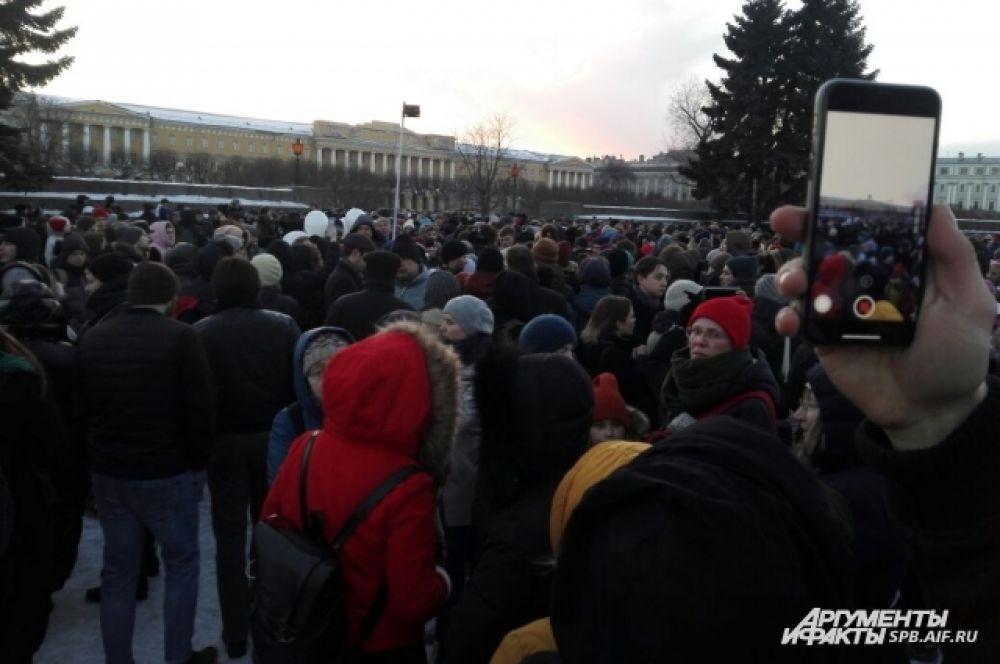 Тысячи людей пришли почтить память погибших в Кемерово.