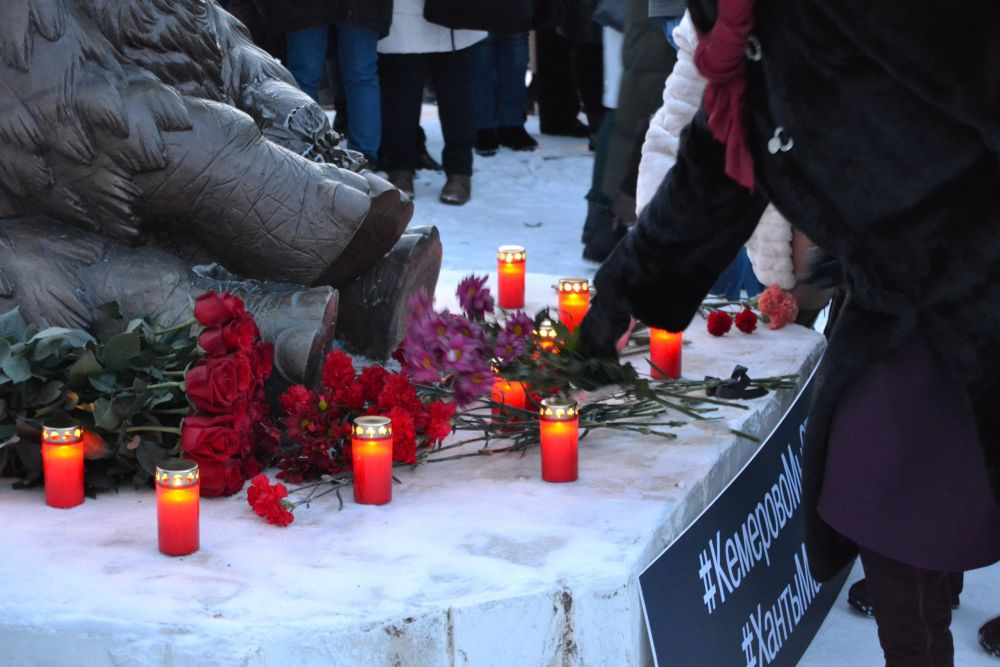 Акция была организована у скульптуры Мамонтенка.