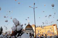 Тысяча белых шаров взлетела в небо в память о погибших кемеровчанах.