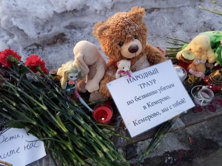 Неравнодушные жители организовали мемориал в Омске.