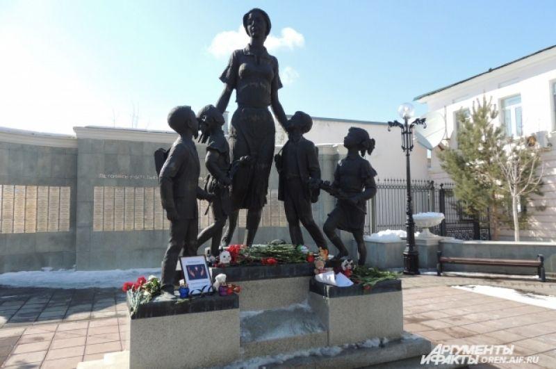 В Оренбурге жители принесли цветы и игрушки к народному мемориалу памяти погибших.
