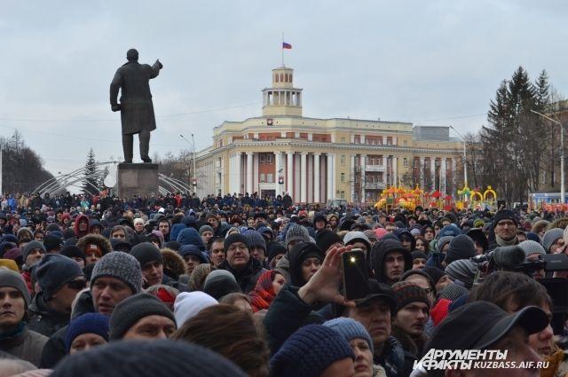 Нас седьмом часу митинга замгубернатора Сергей Цивилев встал на колени и попросил у людей прощения, уточнив, что «сделал это по давней традиции». Собравшиеся аплодировали.