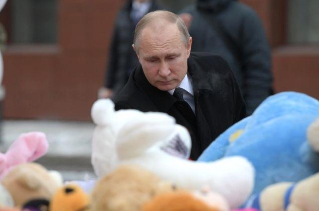 Владимир Путин почтил память погибших в «Зимней Вишне» на импровизированном мемориале.