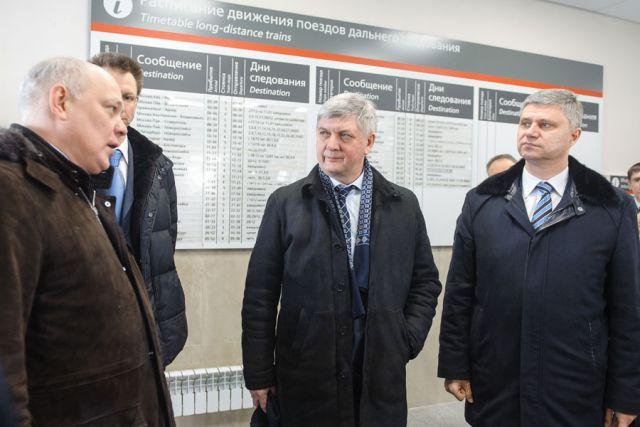 Врио губернатора Александр Гусев и генеральный директор - председатель правления компании «РЖД» Олег Белозёров осмотрели новое здание вокзала.
