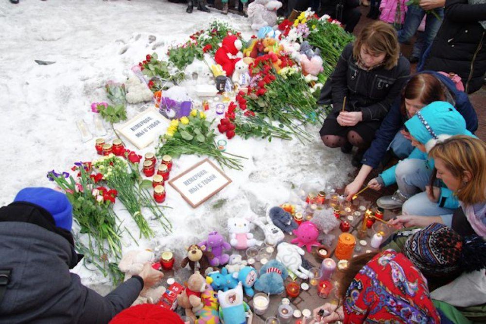 Жители Новосибирска собрались в Нарымском сквере, чтобы возложить цветы к памятному мемориалу.