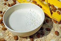 Растительное молоко можно приготовить из различных орехов, тыквенных семян, кунжута, мака, льна, овса, конопляных семечек, риса, свежего кокоса или кокосовой стружки.