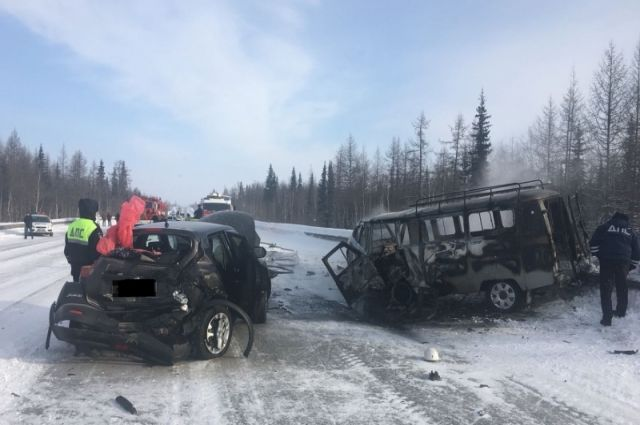 После столкновения оба автомобиля выехали на полосу встречного движения, где произошло лобовое столкновение с автомобилем УАЗ.