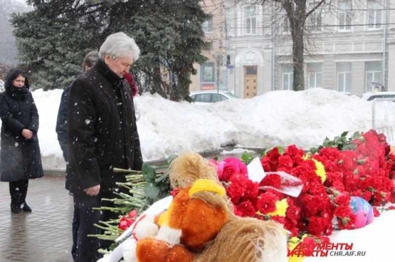 В Воронеже к импровизированному мемориалу приходили целыми семьями.