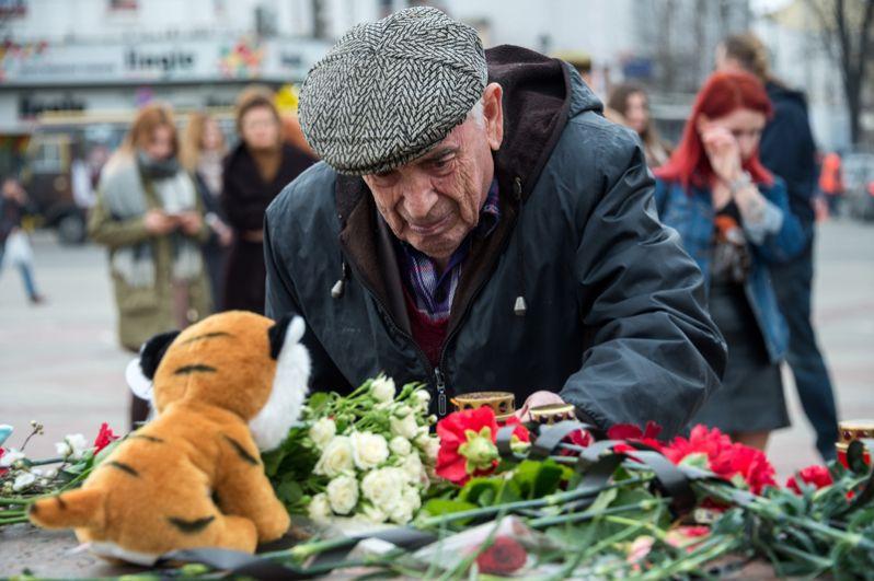 Жители Симферополя возлагают цветы у мемориала на площади Ленина в память о погибших в Кемерово.