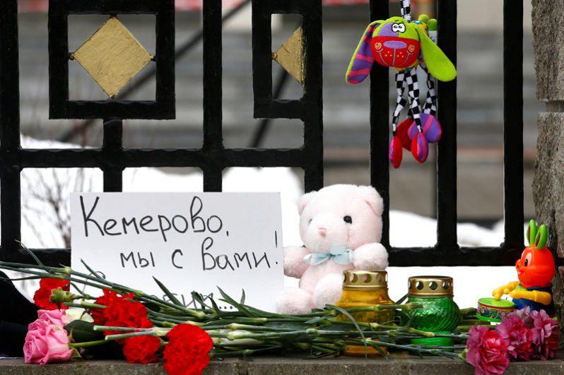 Цветы и свечи у российского посольства в Минске.