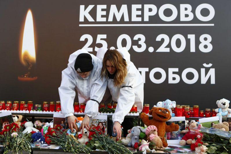 Мемориал на Манежной площади в Москве, организованный в память о погибших.