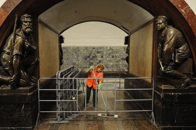 В Москве отреставрируют скульптуры на станции метро «Площадь Революции»