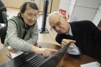 Многие пенсионеры умеют добывать информацию в Интернете.
