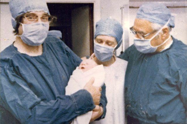 Новорожденная Луиза Джой Браун — первый «ребёнок из пробирки», 1978 г.