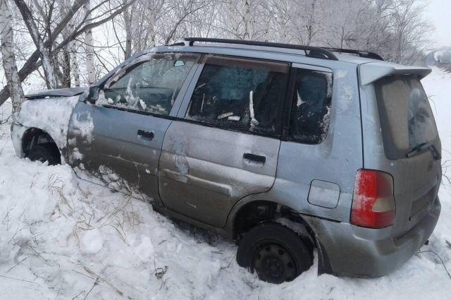 В Октябрьском районе Mazda съехала в кювет, есть пострадавшие.